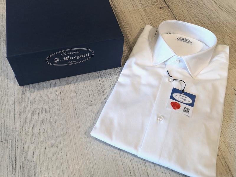 camicia bianca con pacco regalo