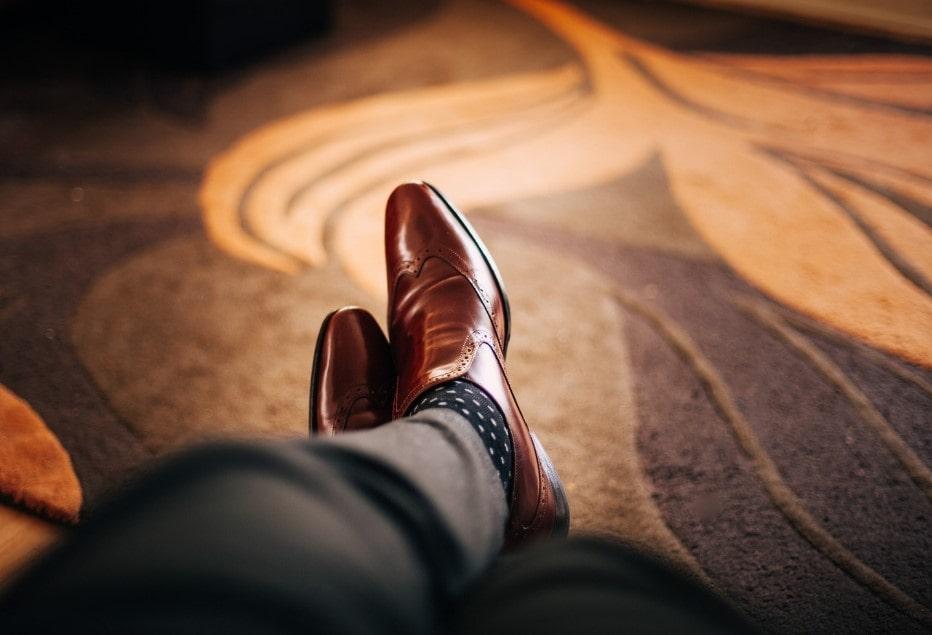 Scarpe eleganti ai piedi di un uomo d'affari