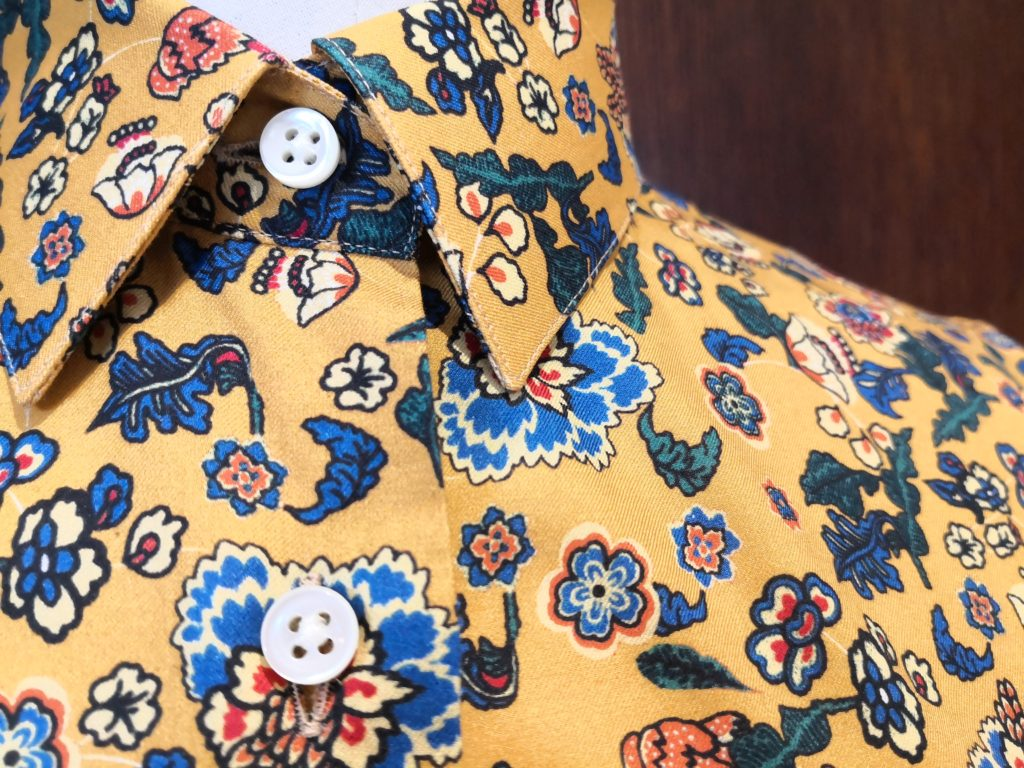 Camicia su misura Margutti, base senape e stampa fiori