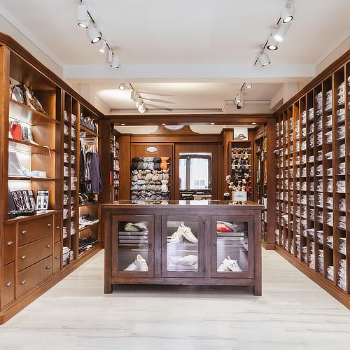 Sartoria Margutti showroom con camicie e acessori esposti
