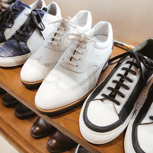 Scarpe su misura bianche e nere fatte a mano in pelle eleganti e casual