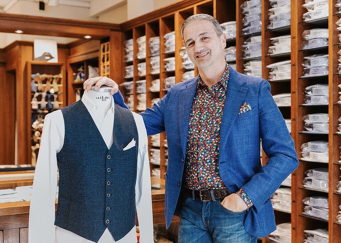 Fabrizio Margutti in sartoria italiana con camicia su misura